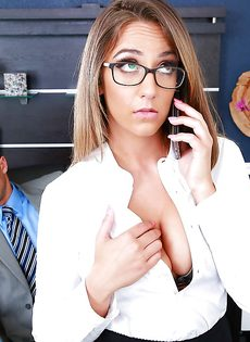 Горячий секс с изумительной девушкой в офисе - фото #1