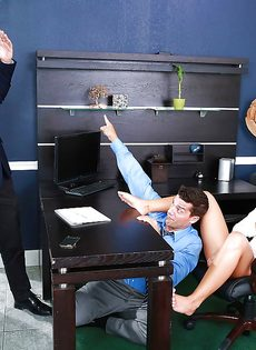 Горячий секс с изумительной девушкой в офисе - фото #10
