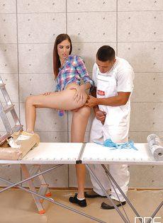 Простой рабочий натыкал членом в задницу стройной сучки - фото #4