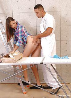 Простой рабочий натыкал членом в задницу стройной сучки - фото #5