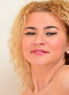 Блондинка показала розовую киску и разработанную анальную дырку - фото #6