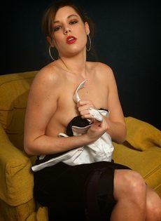 Элегантная девушка с крошечными сиськами мастурбирует - фото #5