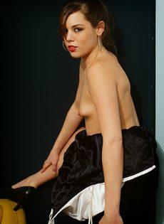 Элегантная девушка с крошечными сиськами мастурбирует - фото #11