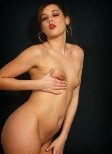 Элегантная девушка с крошечными сиськами мастурбирует - фото #14
