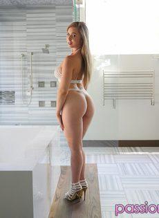 Умопомрачительная девушка в очень красивом нижнем белье - фото #1