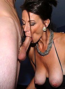 Баба вывалила натуральные сиськи и пососала пенис - фото #11