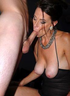 Баба вывалила натуральные сиськи и пососала пенис - фото #14