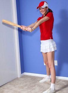 Тоненькая девка засунула бейсбольную биту во влагалище - фото #1