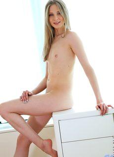 Медленно вставила любимую секс игрушку в бритую письку - фото #9