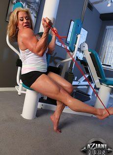 Зрелая спортивная женщина показывает большой клитор в тренажерном зале - фото #4