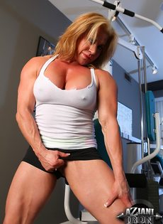 Зрелая спортивная женщина показывает большой клитор в тренажерном зале - фото #9