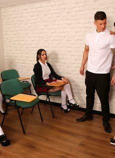 Сексуальные развлечения студентов и преподши в классе - фото #2