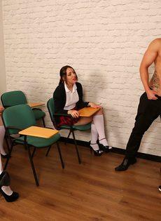 Сексуальные развлечения студентов и преподши в классе - фото #3