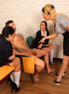 Сексуальные развлечения студентов и преподши в классе - фото #8