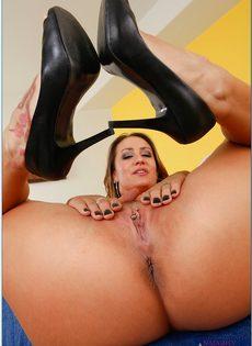 Страстная домохозяйка с большими сиськами хочет трахаться - фото #12