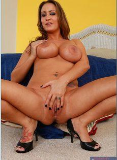 Страстная домохозяйка с большими сиськами хочет трахаться - фото #16