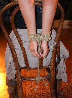 БДСМ для брюнетистой девицы с упругими сиськами - фото #4