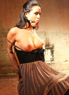 БДСМ для брюнетистой девицы с упругими сиськами - фото #16