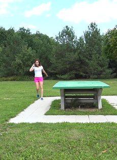 Откровенная молодая девушка в розовых шортах писает в парке - фото #1