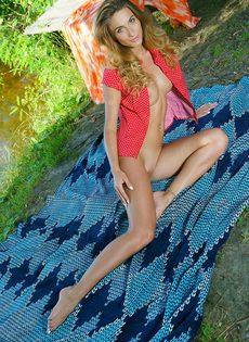 Красивая фото сессия от обнаженной девушки на берегу реки - фото #2