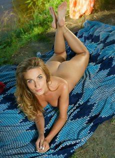 Красивая фото сессия от обнаженной девушки на берегу реки - фото #13