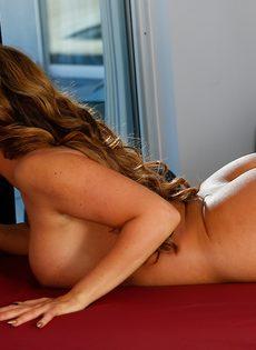 Обнаженная милфа отсасывает у своего массажиста лежа на столе (Richelle Ryan) - фото #11