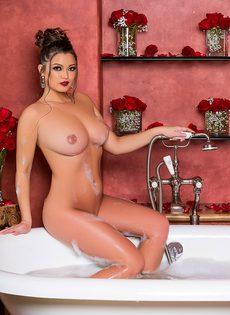 Сисястая красавица нежится в теплой ванне - фото #16