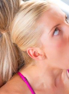 Блондинки со спортивными фигурками делают классный отсос - фото #15