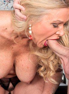 После анального секса старушка наглоталась спермы - фото #3