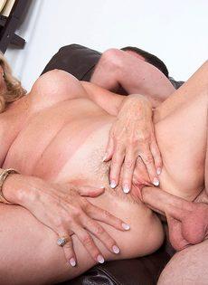 После анального секса старушка наглоталась спермы - фото #9