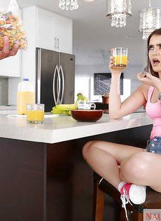 Молодая брюнетка отсасывает большой стояк за обеденным столом - фото #2