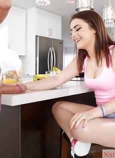 Молодая брюнетка отсасывает большой стояк за обеденным столом - фото #3