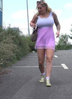 Татуированной мамаше захотелось поссать на улице - фото #2