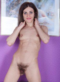 Волосатая промежность худенькой брюнетки заслуживает вашего внимания - фото #16