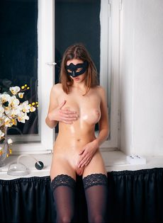 Красавица в маске развлекается с вакуумной помпой - фото #3