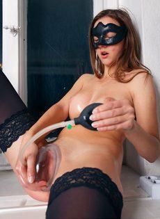Красавица в маске развлекается с вакуумной помпой - фото #8