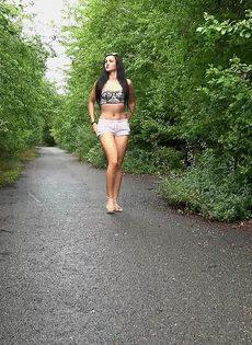 Татуированная Мириам садится на корточки что бы поссать во время прогулки - фото #14