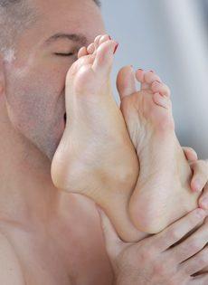 Мужик облизывает красивые ножки блондинки Kiara Lord во время ебли - фото #12