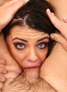 Брюнетка со слезами на глазах заглатывает хуй в рот по самые яйца - фото #7