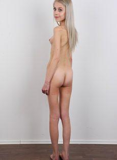 Светловолосая худышка с очень маленькими сиськами на кастинге - фото #17