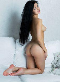 Молодая и сексуальная девушка с волосатой киской - фото #2