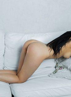 Молодая и сексуальная девушка с волосатой киской - фото #3