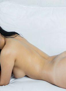 Молодая и сексуальная девушка с волосатой киской - фото #4