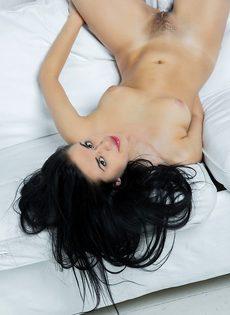 Молодая и сексуальная девушка с волосатой киской - фото #13