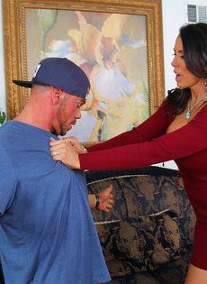 Голубоглазая зрелая женщина совратила молодого парня - фото #1