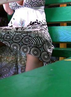 Откровенная тётка показывает сиськи в общественном месте - фото #1