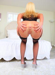 Умопомрачительная блондинка выставляет напоказ анальную дырку - фото #5