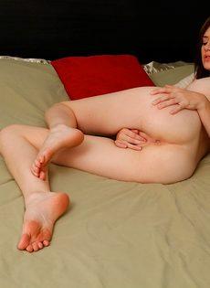 Любительские фото мастурбирующей молодой девушки - фото #13