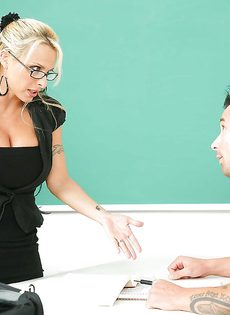 Большегрудая преподавательница зажигает со студентом в аудитории - фото #1
