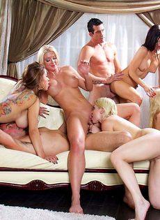 Мускулистые парни трахают сексуальных девок и доставляют им удовольствие - фото #11